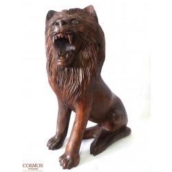 **León tallado en madera...